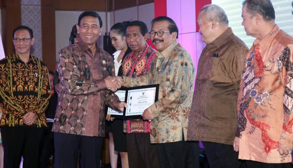 Sukses Jaga Stabilitas Politik dan Demokrasi, Pakde Karwo Raih Anugrah IDI