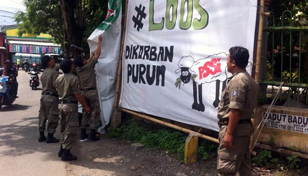 Satpol PP Tertibkan Banner Berisi Umpatan