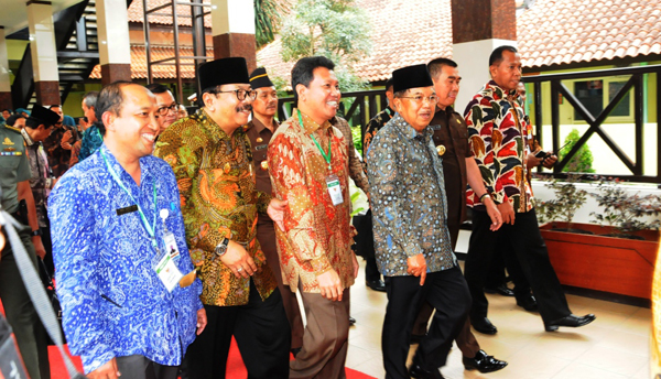 Wapres Jusuf Kalla Jenguk KH. Hasyim Muzadi
