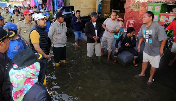 Jumat Pagi, Gus Ipul Tinjau Banjir Purwosari