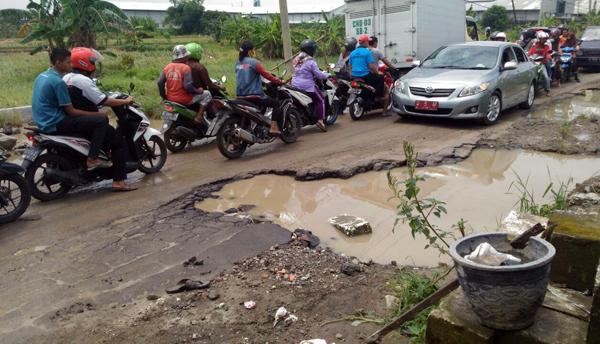 Jalan Raya Kutil Rusak, Pemkab Tutup Mata