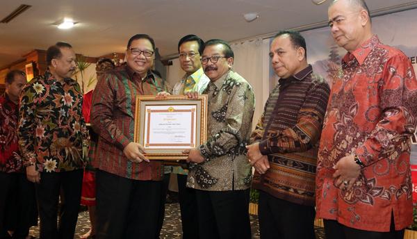 Sukses Kembangkan Koperasi dan UMKM, Gubernur Jatim Peroleh Penghargaan