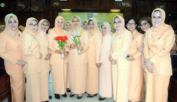 Tingkatkan Ketrampilan, DWP Setda Jatim  Dilatih Buat Bunga Kristal
