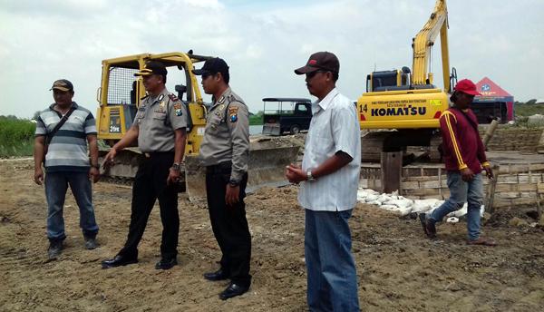 Kapolsek Pakal Tinjau Pembangunan Tanggul Kalilamong