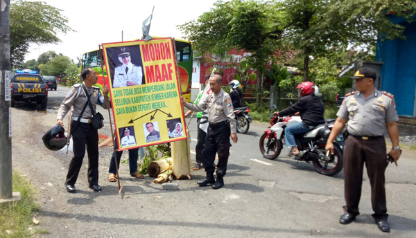 Jalan Raya Lumajang – Jember Rusak, Warga Tanggul Protes