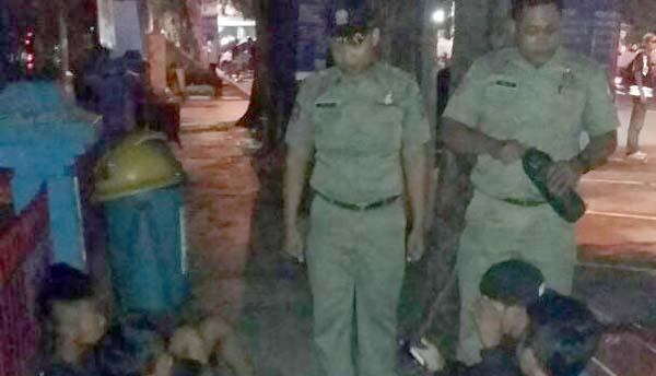 Satpol PP Bojonegoro Bubarkan Pemuda Asyik Pesta Miras