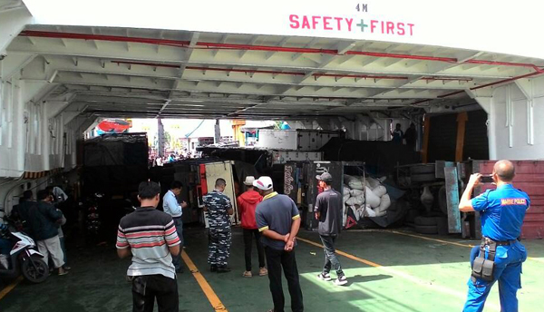 Ombak Tinggi, KMP Pratitha Terseret Arus, 5 Kendaraan Terguling