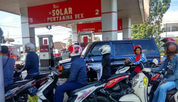 Pemudik dan Penjual BBM Non Subsidi Eceran Mulai Padati SPBU