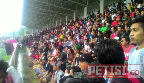 Meski Diguyur Hujan, Ribuan Suporter Persewangi Padati Diponegoro