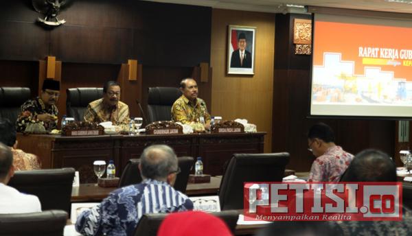 Pengangguran, Pertanian dan Kemiskinan Jadi Fokus Pakde Karwo saat Gelar Rapat Kerja