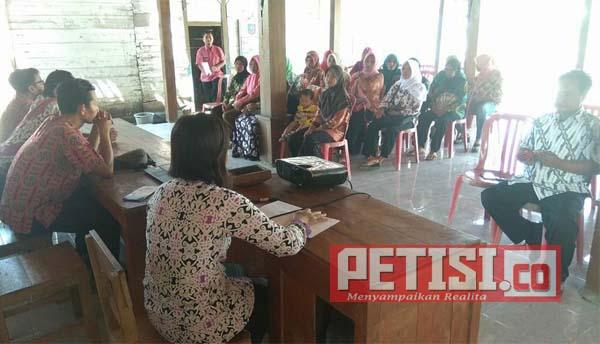 Dinkes  dan TMMD ke100 Kodim 0813 Bojonegoro Sosialisasi Program Imunisasi dan PTM