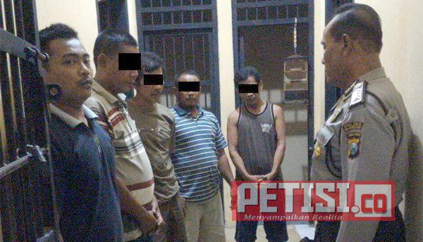 Asyik Judi Domino, 4  Warga Baureno Diamankan Polisi