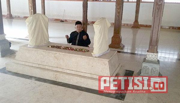 Membedah Keberadaan Dua Makam Syech Maulana Ishaq Lewat Laku Spiritual