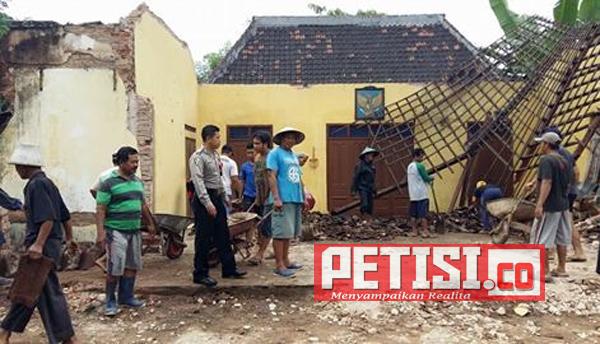 Anggota Polsek Balong Kerja Bhakti Bangun Rumah Roboh