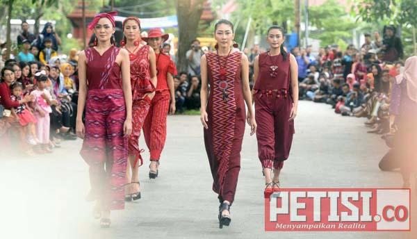 Puluhan Model Tenun Ikat Khas Kota Kediri Beraksi di Taman Sekartaji