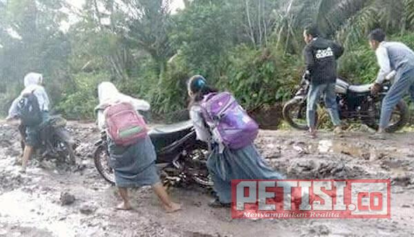 Vinolia The Purple Siswa SMP di Muara Padang Jalur Banyuasin Keluhkan Buruknya Jalan Menuju Sekolahan