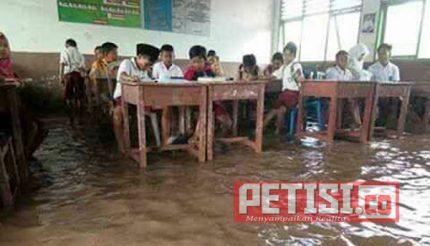 Tak Pernah Ada Perhatian Pemkab Banyuasin,  Pelajar pun Harus Ujian di Genangan Air
