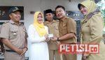 Sebelum Resmikan Kantor Kecamatan, Bupati Jombang Bagikan e-KTP Milik Warga