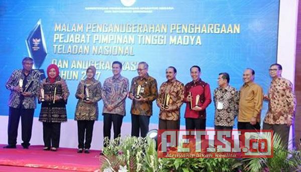 Pakde Karwo Raih Penghargaan Anugerah KASN Tahun 2017