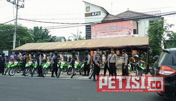Hari Pertama Pendaftaran Cabup dan Cawabup, Puluhan Anggota Polres Bojonegoro Jaga KPU