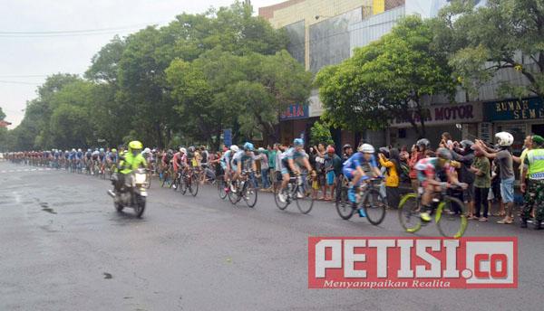 Ribuan Warga Jombang Sambut Tour de Indonesia 2018