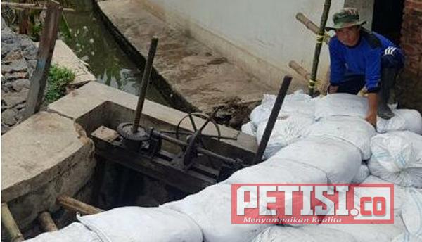 Pemkab Pasuruan dan Pemprov Jatim Mbidek,  Warga Swadaya Tutup Tanggul Sungai Jebol