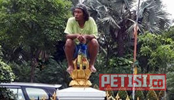 Pria Gila Duduk di Atas Pagar Depan Gedung Negara Grahadi