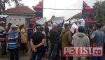 Ratusan Warga Luruk Balai Desa Tolak Pelantikan Perangkat