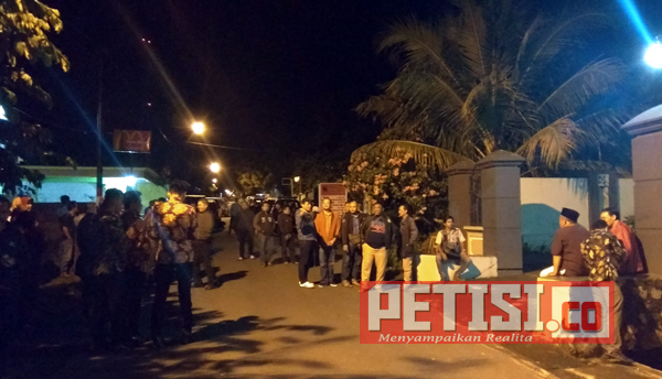 Ratusan Warga Kelud Rela Nanti Kedatangan Cawagub Jatim Puti Guntur Hingga Tengah Malam