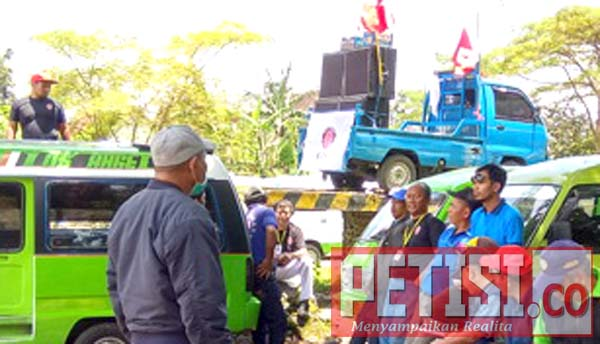 Sopir Sweeping Angkot Yang Beroperasi