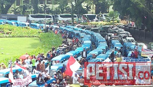 Ribuan Sopir Angkot Gelar Demo