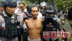 Tim Gegana Polda Jatim Lumpuhkan Orang Gila dengan Gas Air Mata