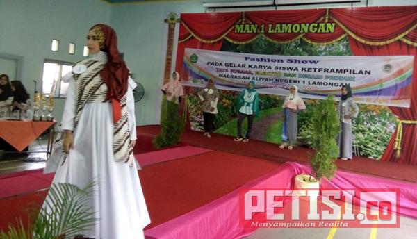 Mau Lulus, Siswa MAN 1 Lamongan Gelar Fashion Show Karya Sendiri