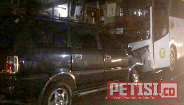 Rem Nyeplos, Bus Pariwisata Tabrak Toyota Kijang