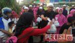 Dekatkan Diri Kepada Masyarakat, Brimob Kediri Bagikan Ratusan Takjil Gratis