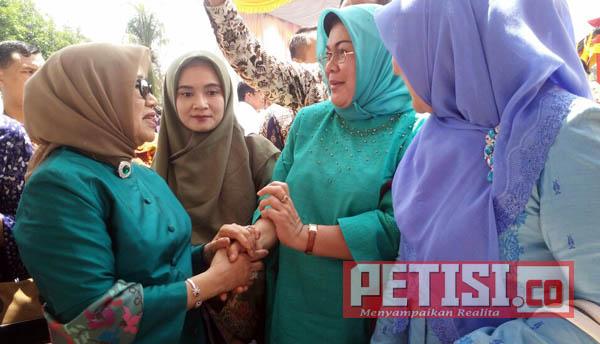 Ny. Mufidah Jusuf  Kalla Kesengsem Tenun Unggan