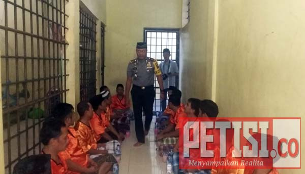 Kapolres Kuansing Buka Puasa Bersama Dengan Tahanan