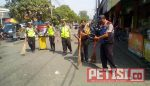 Peringati HUT Bhayangkara ke 72, Polisi Pakal Bersih-bersih Pasar